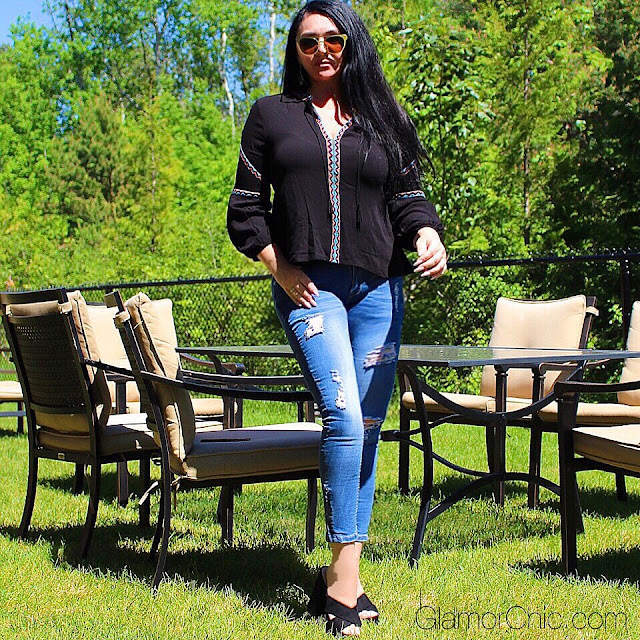 SUMMER OUTFIT, BLACK HEELS, SUMMER BOHEMIAN TOP, JEANS, DESIGNER SUNGLASSES, CHIC, GLAMOROUS