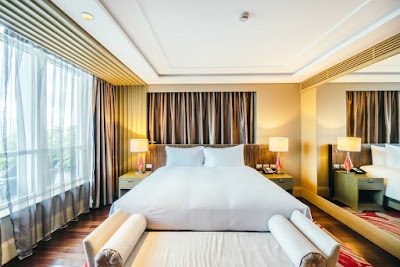 Tips: asortează inteligent perdelele cu draperiile din camera de hotel