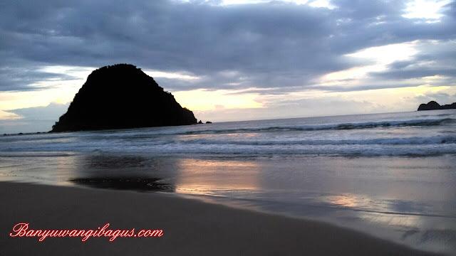 Pantai Pulau Merah, Banyuwangi.
