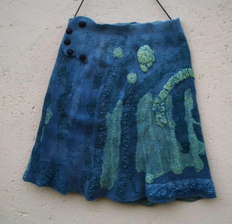 detalhe da cintura da saia feltrada meia evasê  azul
