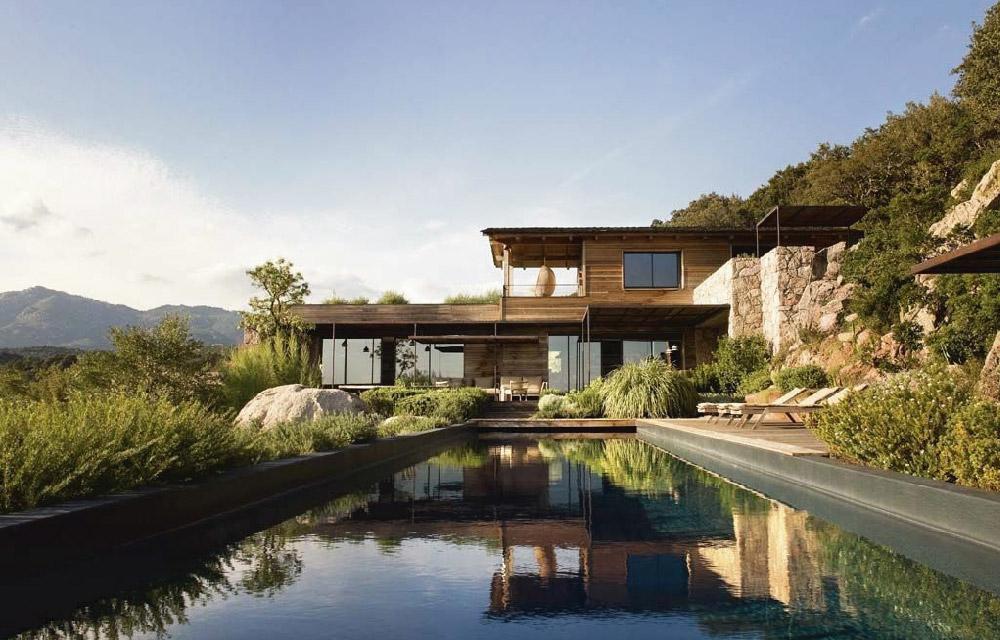 Villa contemporanea al mare caratterizzata dall'uso di materiali naturali