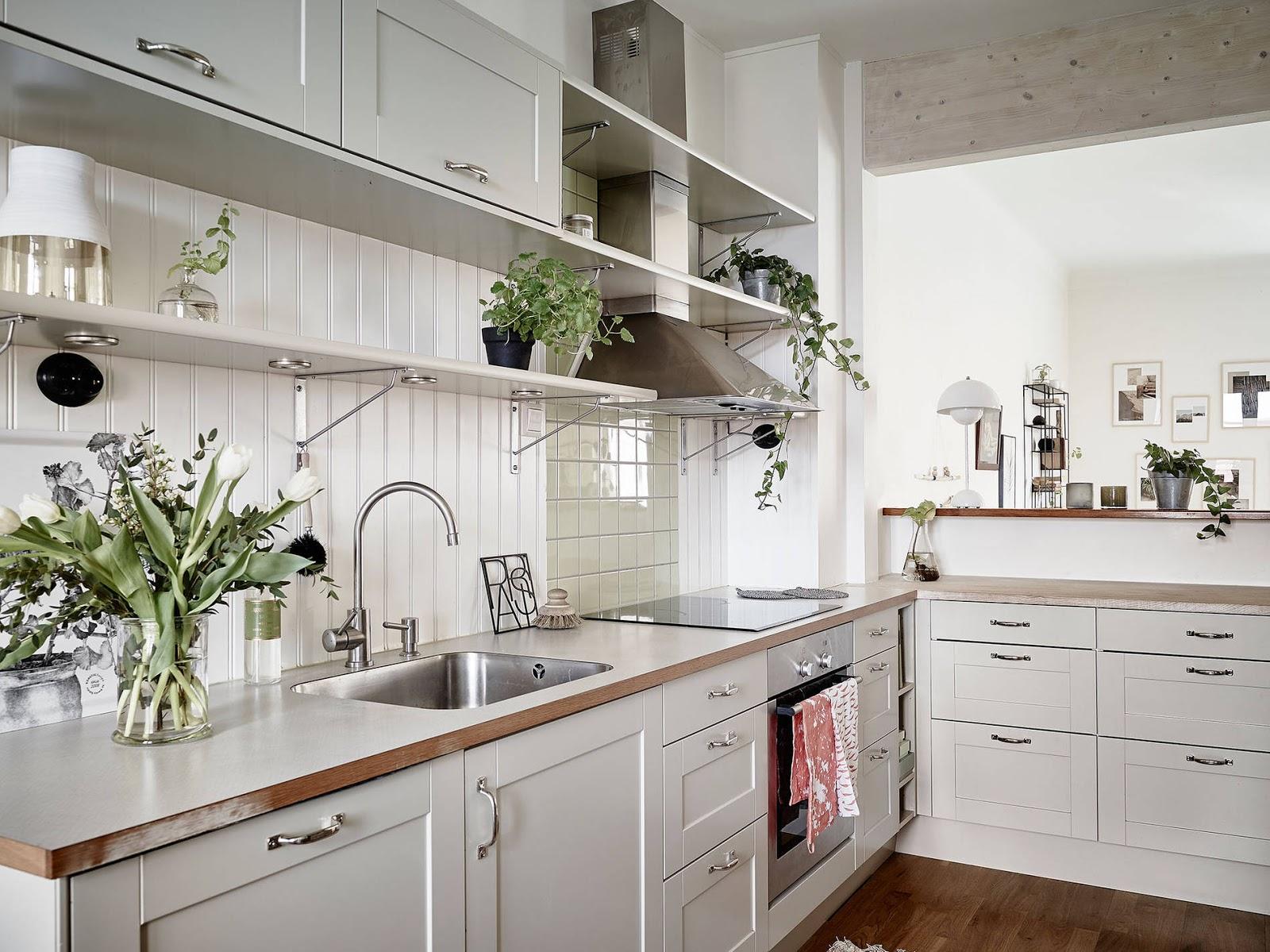 scandinavian kitchen, white kitchen, drewniany blat w kuchni