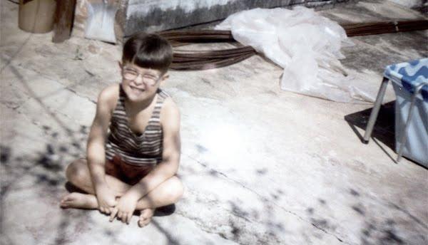 Foto minha quando tinha 6 anos, usando óculos.