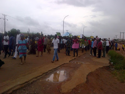 """Imo Re-run; Angry Youths Demand For """"Change"""" As They Storm INEC Office In Okigwe. Photos"""