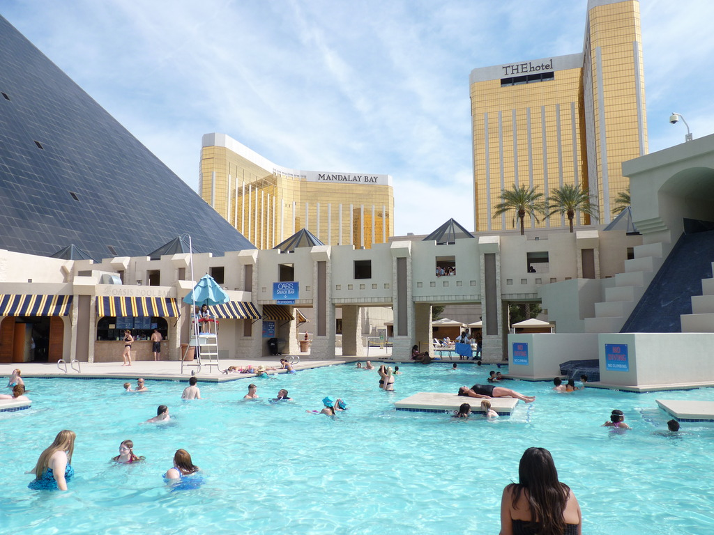 Luxor hotel the pyramid casino of las vegas trip tips las vegas for Hotels in vegas with indoor swimming pools