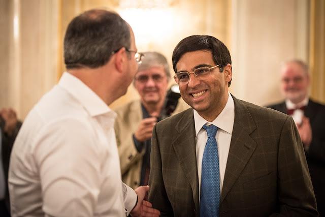 Anand recibiendo su premio de Oleg Skvortsov (Foto: David Llada)