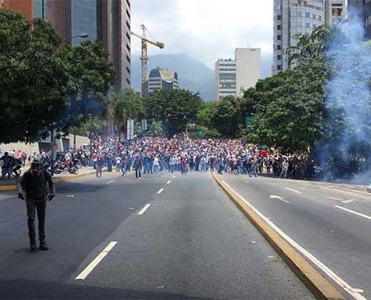 ¡COMENZÓ LA REPRESIÓN! Con lacrimógenas atacan a los manifestantes en la Francisco Fajardo a la altura de Chacaíto (+Videos +Fotos)