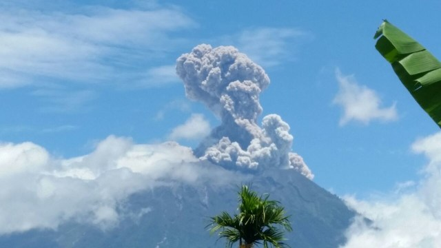 BREAKING NEWS! Gunung Agung Kembali Erupsi, Radius Aman 4Km