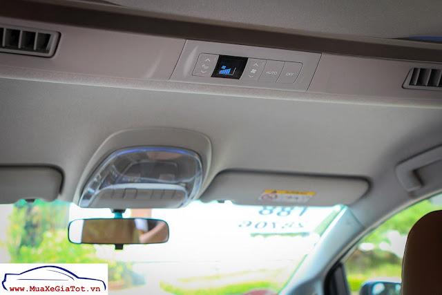Khu vực điều chỉnh gió điều hòa cho hàng ghế thứ 2. Ngoài ra, Innova 2.0V 2016 còn được trang bị một số tiện ích khác như ngăn làm mát, cổng sạc điện thoại, đèn LED đường viền màu xanh dương trên trần xe.