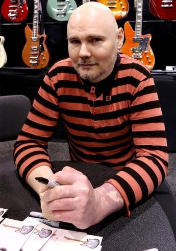 Foto de Billy Corgan autografiando