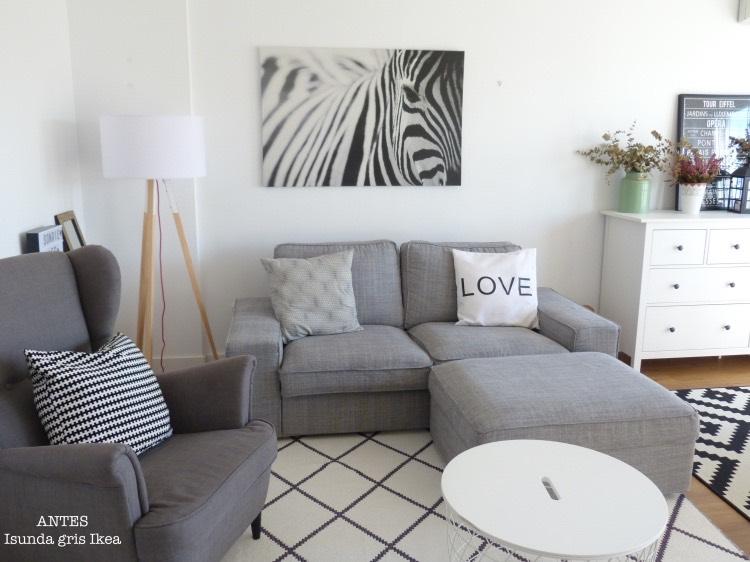 salón con sofá kivik gris