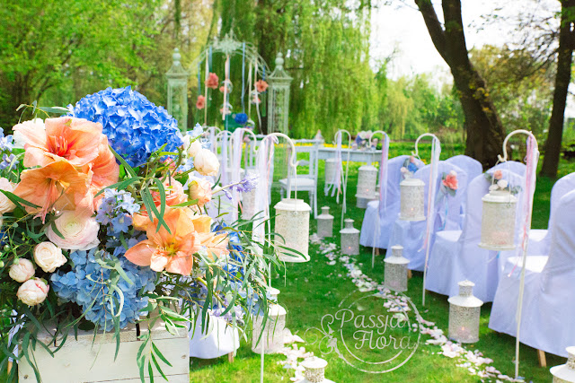 Brzoskwiniowo błękitny ślub w plenerze.