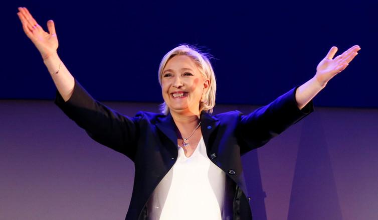 Η Μαρίν Λε Πεν γιορτάζει μετά τα πρώτα αποτελέσματα του πρώτου γύρου των γαλλικών προεδρικών εκλογών του 2017.