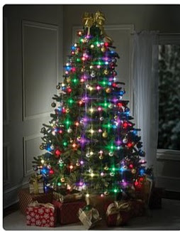 adornar el árbol con muchos colores