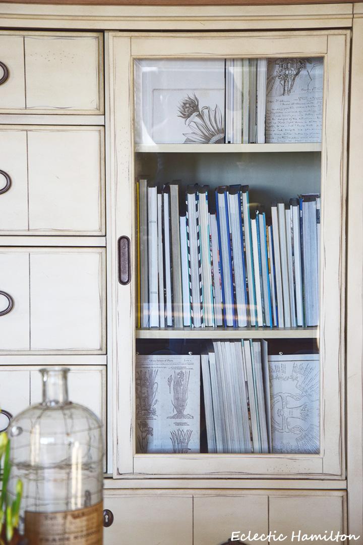 Ein schnelles DIY zur Verschönerung von Glasschränken und Vitrinen. Ihr braucht dazu alte, schöne Drucke und ein bisschen Kreativität. Selbermachen, selbstgemacht, Wohnzimmer, Bücher, grüne Wand, Deko-idee, Inspiration, Dekoration