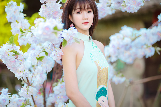 Hot girl Nguyen Hoang Kieu Trinh beautiful muse leaning on Spring