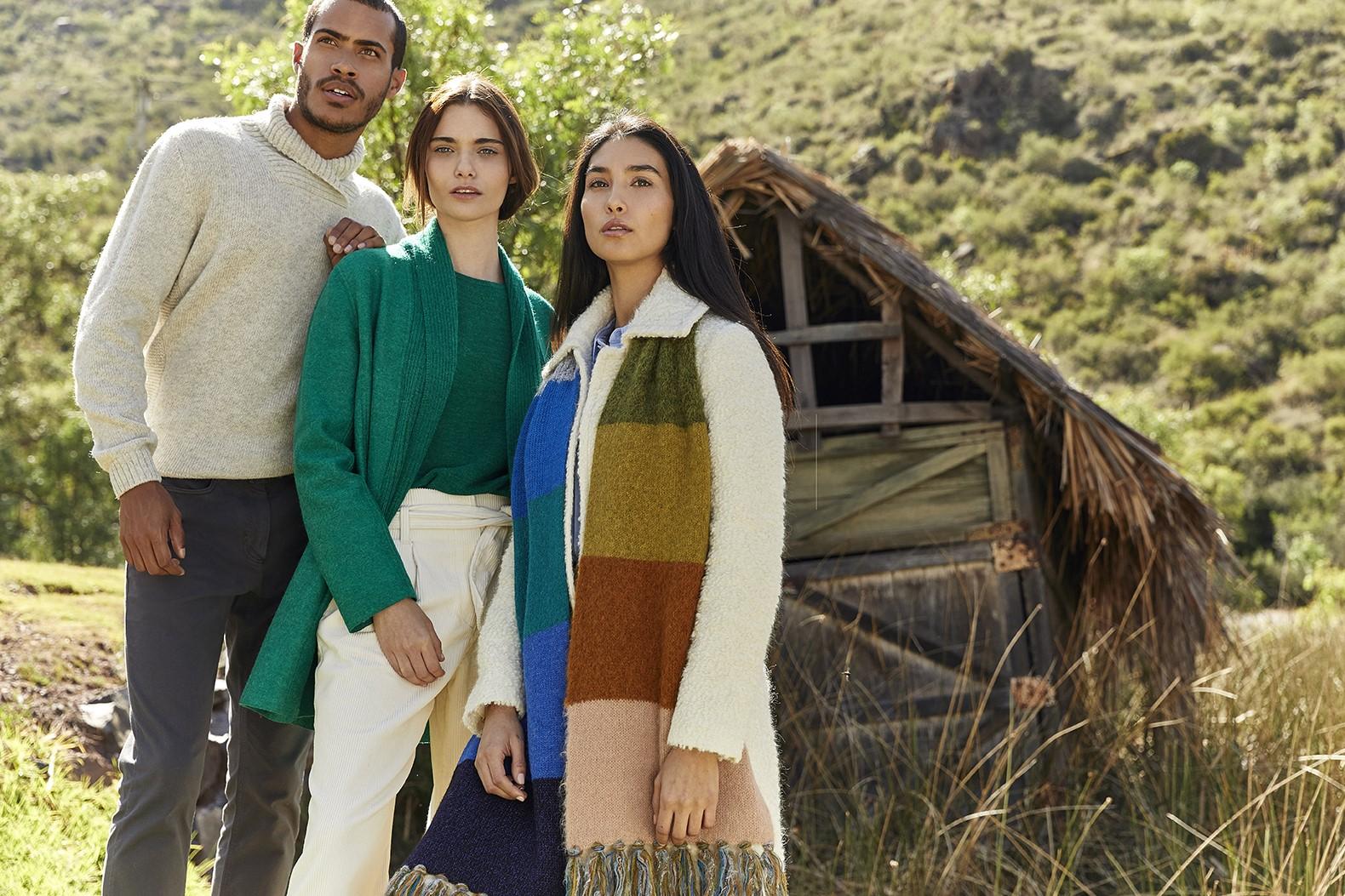 sweater de hombre color crema cuello cruzado, cardigan verde con camiseta de mujer y abrigo de mujer color crema con bufanda de colores