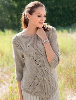 bezhevyj-pulover-s-uzorom-iz-listev