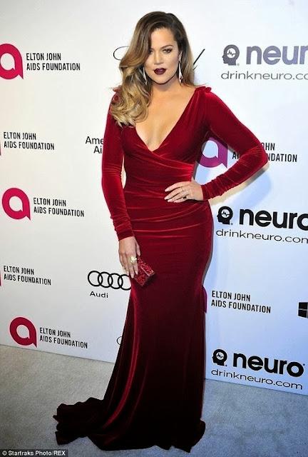 Khloe Kardashian com vestido longo vermelho