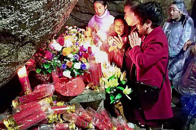 Na gruta refúgio do bispo São Pedro de Sanz y Jordá, mártir, onde brota água milagrosa.