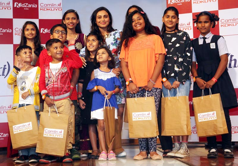 Rani Mukerji with winners of Camlin-Hichki Contest