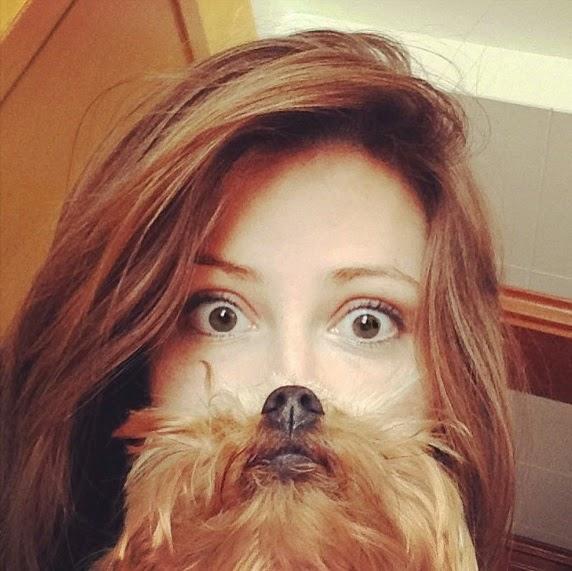 אישה ופרצוף של כלב