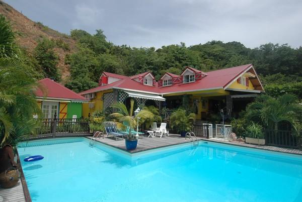 Hotel créole dans un jardin tropical avec piscine à terre de bas aux Saintes.