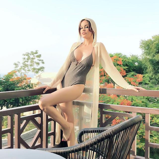 دومينيك حوراني تستعرض مؤخرتها بإطلالة جريئة بـ«المايوه»