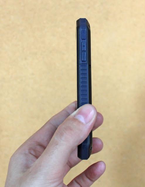 Смартфон Nomi i4070: вид сбоку