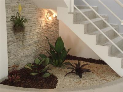 Construindo minha casa clean decora o embaixo de escadas for Escaleras decorativas de interior