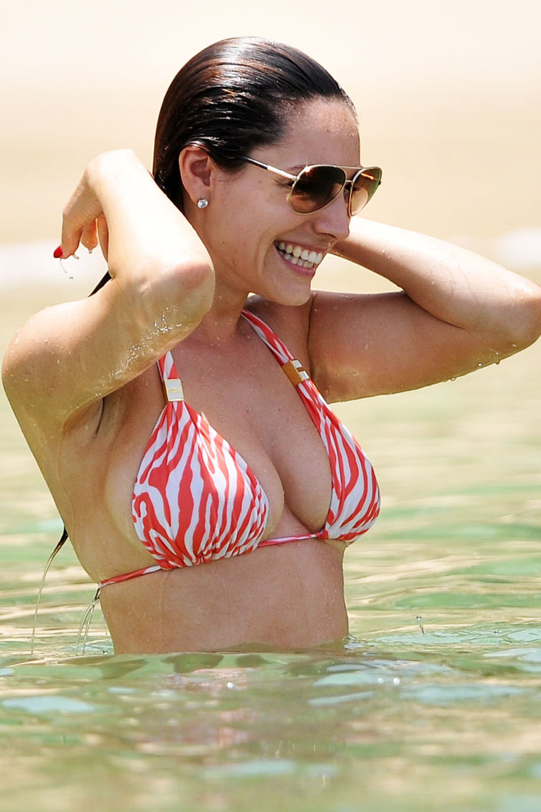 Kelly Brook Hot Bikini Photo Gallery