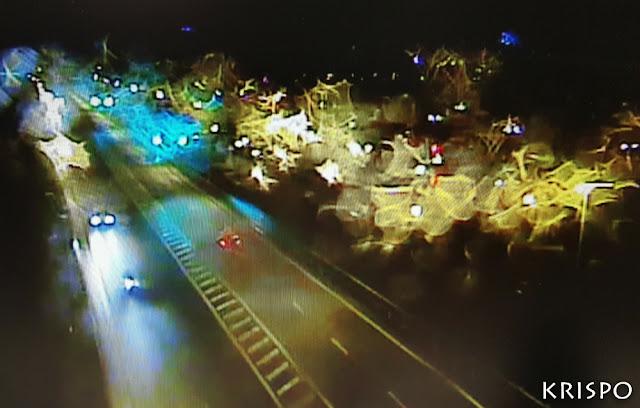 carretera mojada por la lluvia de noche
