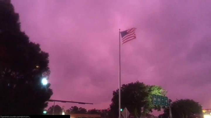 Περίεργος μωβ ουρανός στο Κλίβελαντ στο Οχάιο  βίντεο