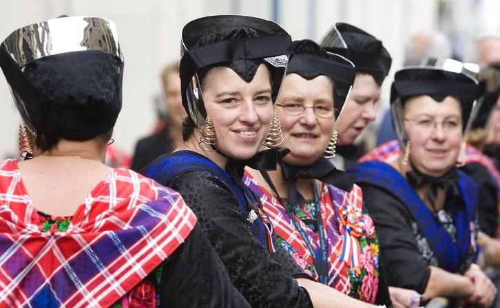 4120a70f8953f9 Kobiety ze Staphorst noszące tradycyjne stroje.