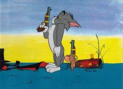 Con mèo Nhất Đại Tông Sư dí súng vào đầu con chuột rồi hỏi