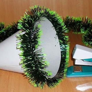 букет конфетный, декор новогодний, ёлочки, композиции конфетные, подарки на Новый год, подарки сладкие, подарки съедобные, елка на конусе, елка из мишуры, из картона, из конфет, елка своими руками, своими руками, мастер-класс, новогоднее, конфетный букет, конфетная композиция, из конфет, из конфет своими руками, мастер-класс, подарки своими руками, декор новогодний, декор рождественский,http://prazdnichnymir.ru/ Простая ёлочка из конфет на конусе