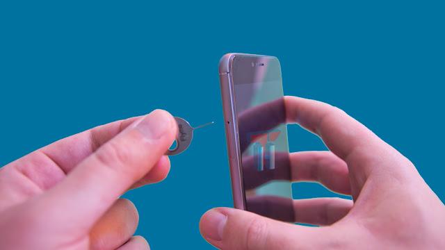 La imagen muestra el compartimento de la nano-SIM y la micro-SD.También se muestra el útil para su extracción.