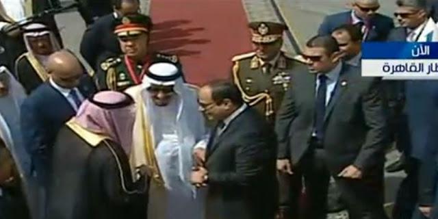 منديل الملك سلمان في مطار القاهرة