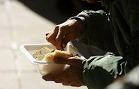 Θεσ/νίκη: Βρήκε στέγη και δουλειά ο πατέρας με το παιδάκι που έτρωγε αποφάγια από τα Goody's