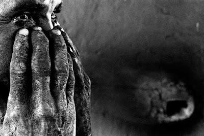 Escravos sem correntes: trabalhadores resgatados relatam ameaças, moradias insalubres e água dividida com animais