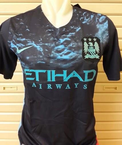 Cresta Manchester City se publica en azul marino y blanco. Las líneas  blancas están presentes en cada lado de la camiseta de fútbol exterior está  en las ... cb4ada6e2b2de