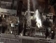 Снимок выбросов дыма и радиоактивных веществ из разрушенного реактора, август 2011