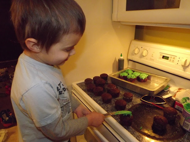make chocolate cupcakes from package