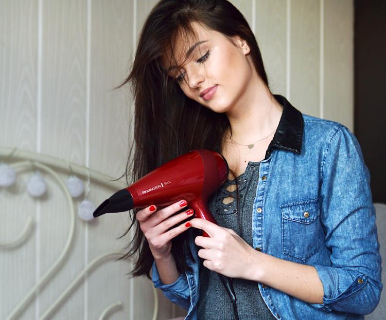 Czy suszarka niszczy włosy? Co lepsze, suszenie suszarką czy naturalne? - Czytaj więcej »