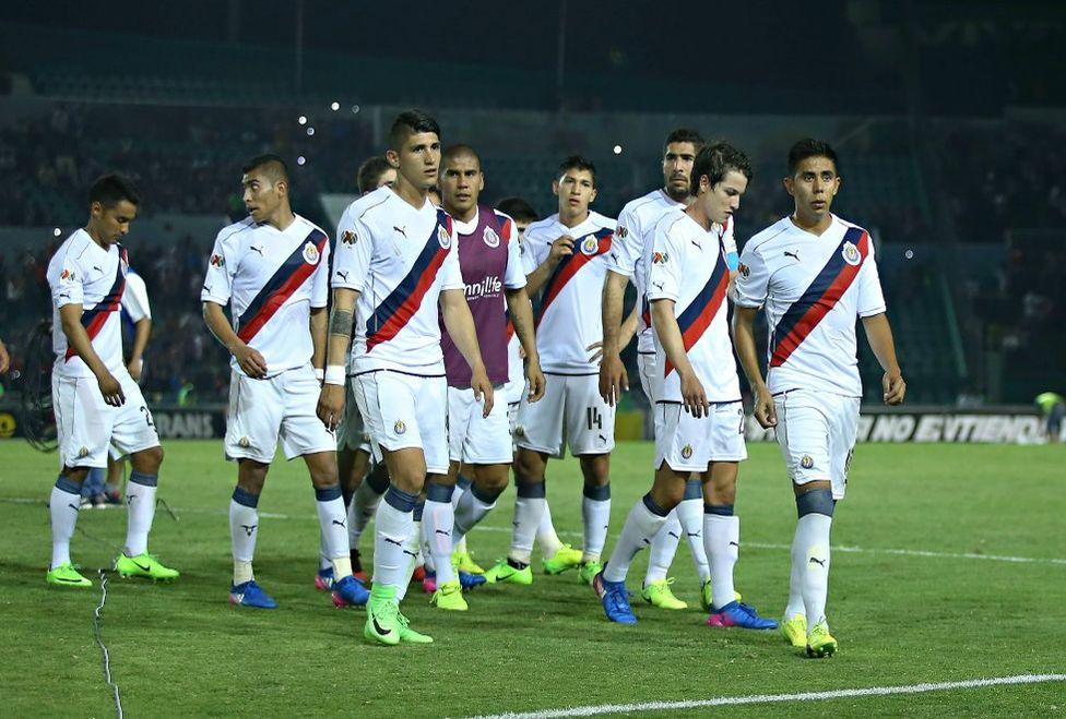 Los jugadores salen del Víctor Manuel Reyna tras la derrota.