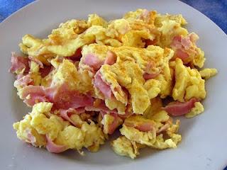 calorias de 3 huevos revueltos con jamon