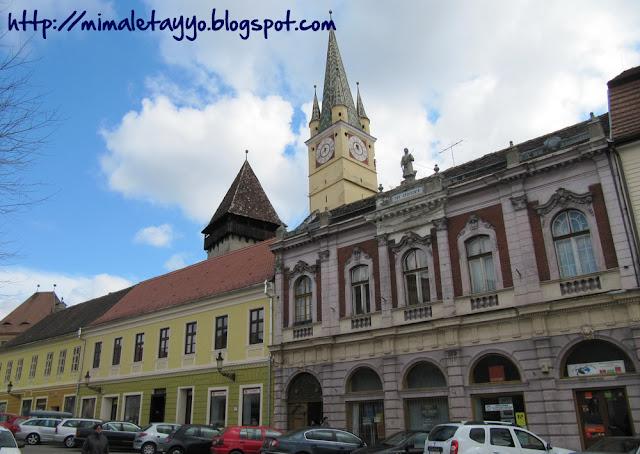 Calle e iglesia de Medias