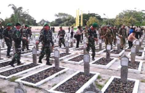 Tabur Bunga Di Makam Pahlawan,Kota Pekalongan TNI/Polri Ajak FKUB Dan Elemen Masyarakat