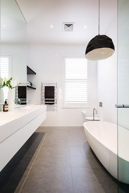 белый дизайн ванной комнаты средних размеров с окном