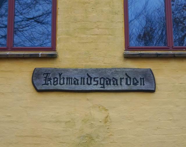 Tornby: Ein idyllisches Ausflugsziel in Nord-Dänemark. Ich liebe die gelbe Farbe der Häuser im dänischen Nord-Jütland, auf unseren Unternehmungen begegnet sie uns überall, besonders an historischen Gebäuden.